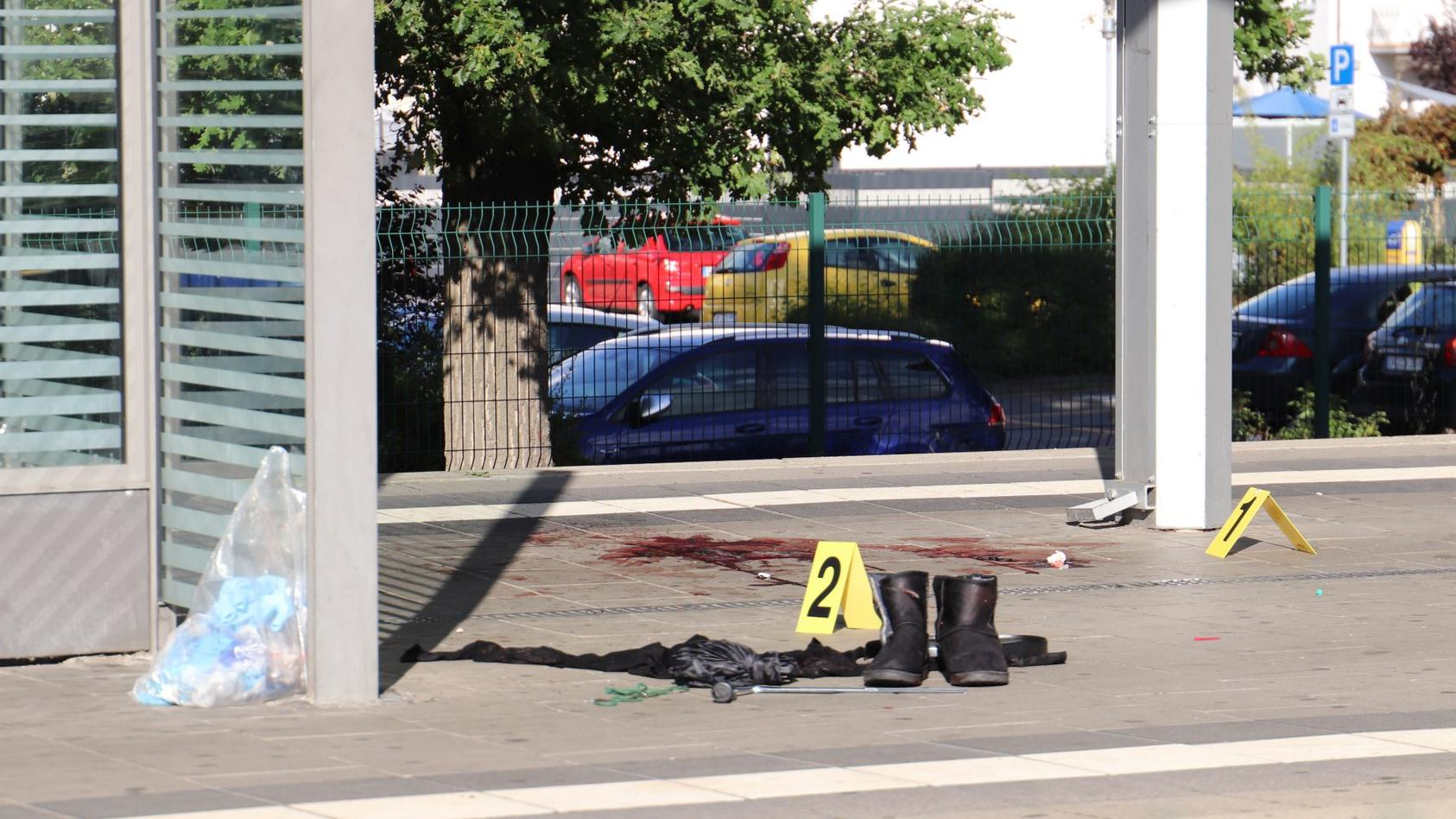 Frau am S-Bahnhof wurde mit Fleischerbeil schwer verletzt.