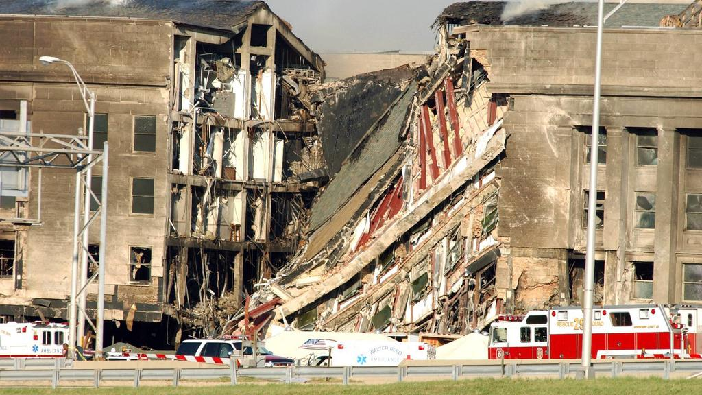Schwere Schäden am Pentagon in Arlington nach dem Terroranschlag vom 11.09.2001 PUBLICATIONxINxGERxSUIxAUTxHUNxONLY nav2001091201serious Damage at Pentagon in Arlington after the Terrorist attack of 11 09 2001 PUBLICATIONxINxGERxSUIxAUTxHUNxONLY nav2