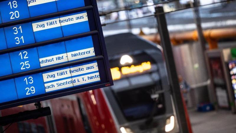 Zug fällt aus: Die dritte Streikrunde der GDL trifft Bahnreisende erneut hart. Doch auf ihren Ticketkosten bleiben Fahrgäste nicht sitzen. Foto: Matthias Balk/dpa/dpa-tmn