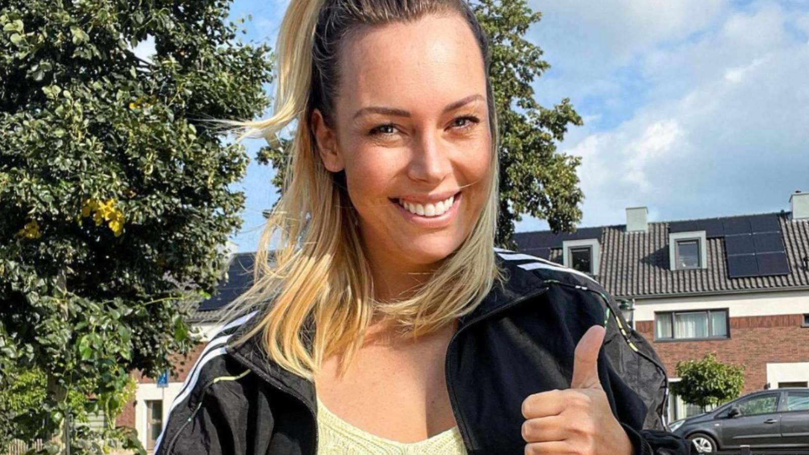 Daumen hoch! Julia Holz gibt ihren Fans ein Update nach der überstandenen Bestrahlungs-Therapie.