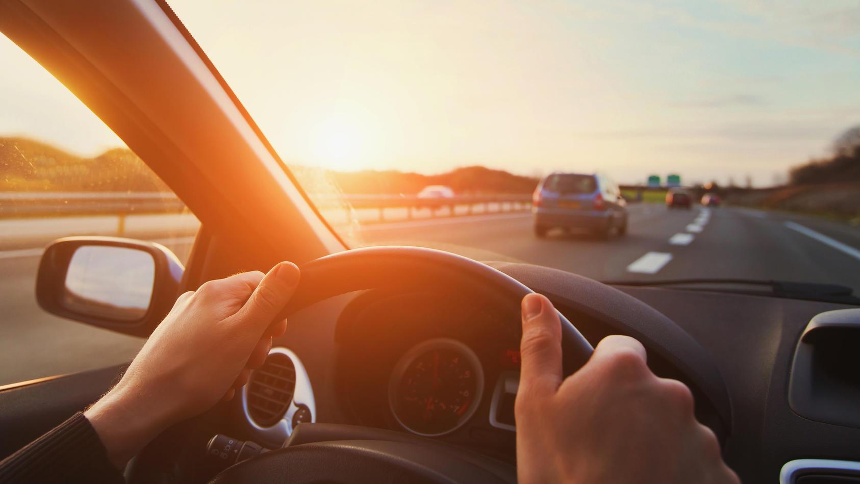 Beim Fahren auf der Autobahn sollten Sie besonders vorsichtig sein.