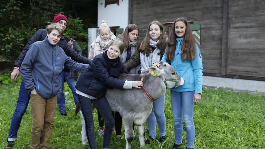 Schüler des Walddörfer Gymnasiums mit Ochse Goofy
