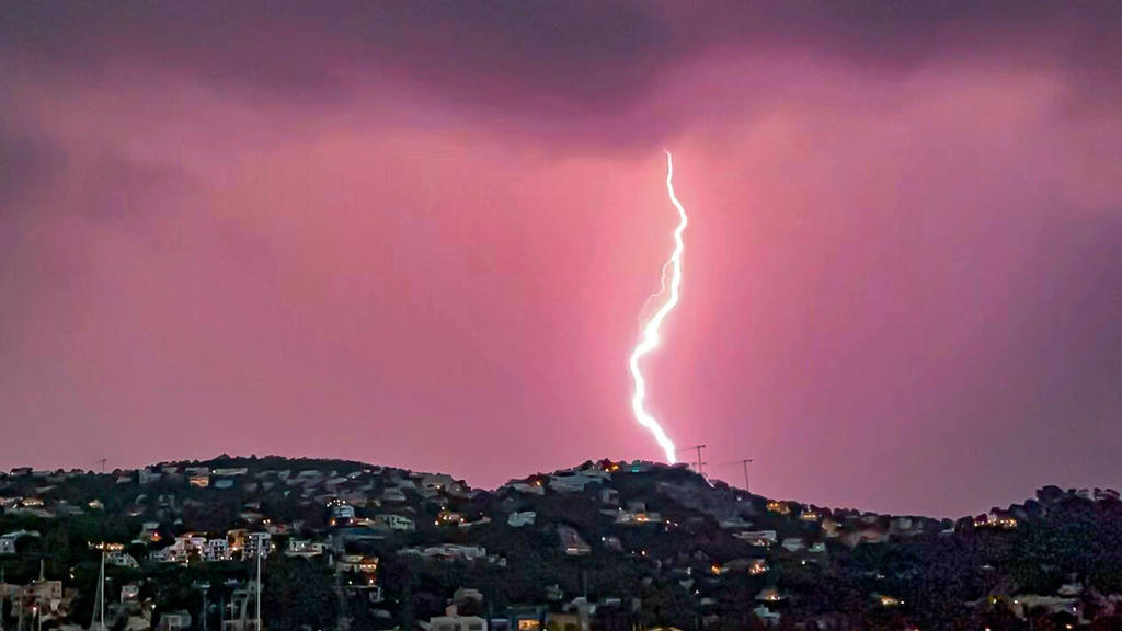 Spanien, Gewitter über Port d Andratx, Mallorca  Ballearen, Mallorca, Port d Andratx., 30.08.2021, schwere Gewitter mit Sintflutartigen au der Insel, Regenfällen *** Ballearen, Mallorca, Port d Andratx , 30 08 2021, heavy thunderstorms with torrentia
