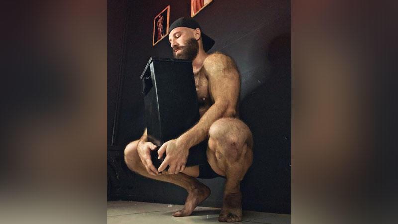 Yuri Tolochko mag es, wenn die Asche seine nackten Füße, seinen Körper und seinen Bart befleckt.