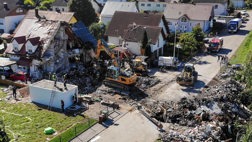 Bayern, Rohrbach: Zwei Bagger und ein Radlader sind bei Bergungsarbeiten an den Überresten eines Hauses im Einsatz, dass am Donnerstag  durch eine Explosion vollständig zerstört wurde.