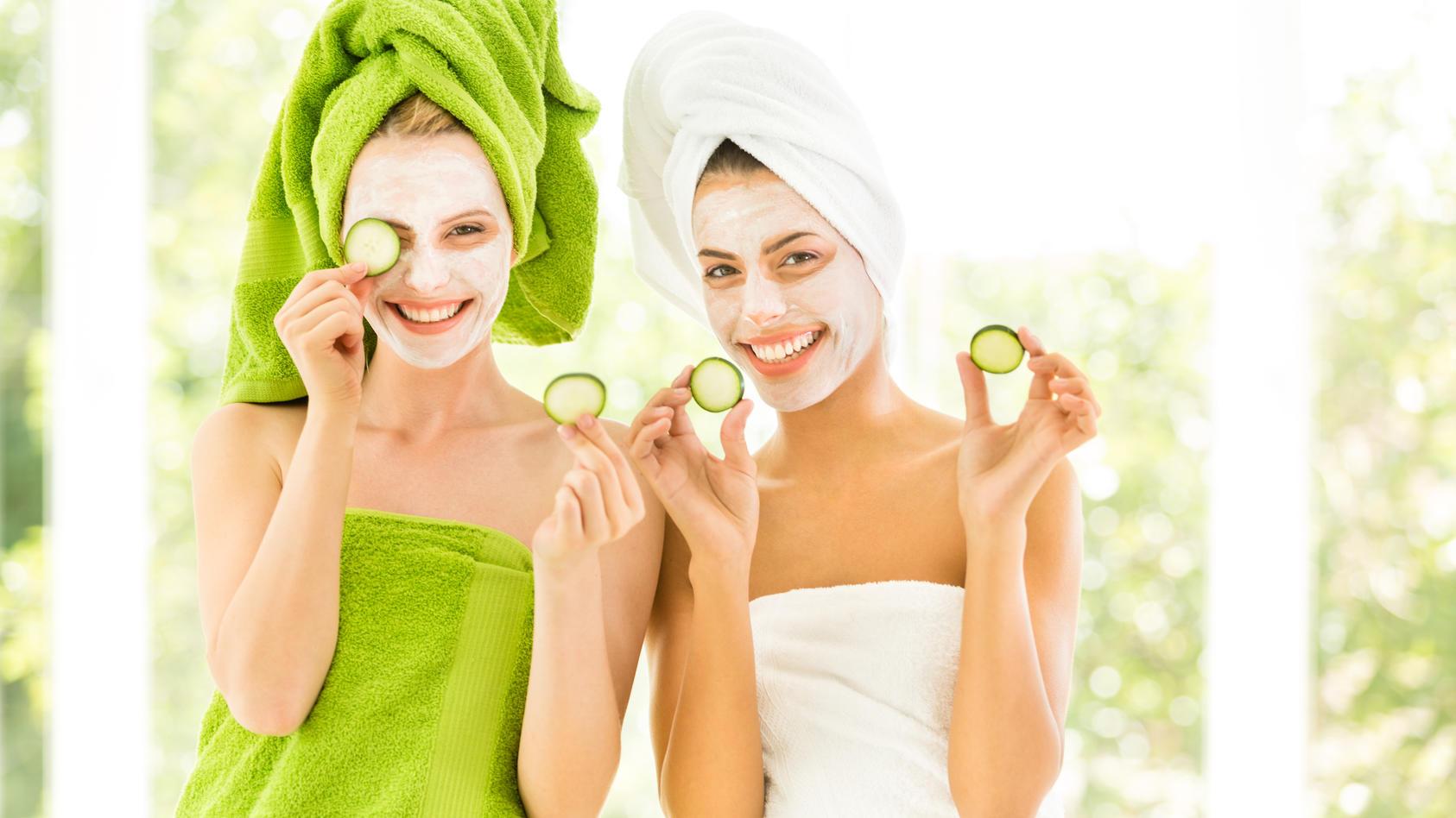 Gurken schmecken nicht nur gut und sind gesund, sie sind auch ein echter Beauty-Hack.