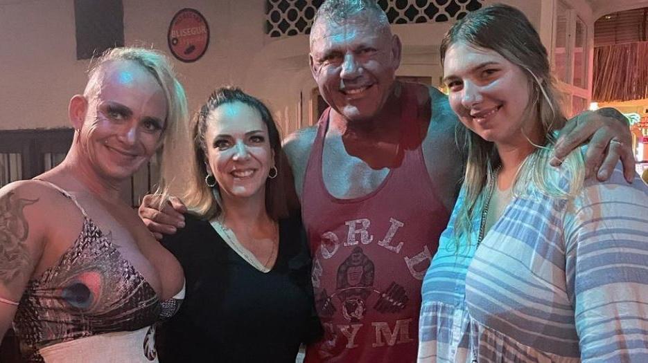 Caro und Andreas Robens posieren gut gelaunt mit Danni Büchner und ihrer Tochter Joelina. Stehen die Zeichen jetzt auf Versöhnung?
