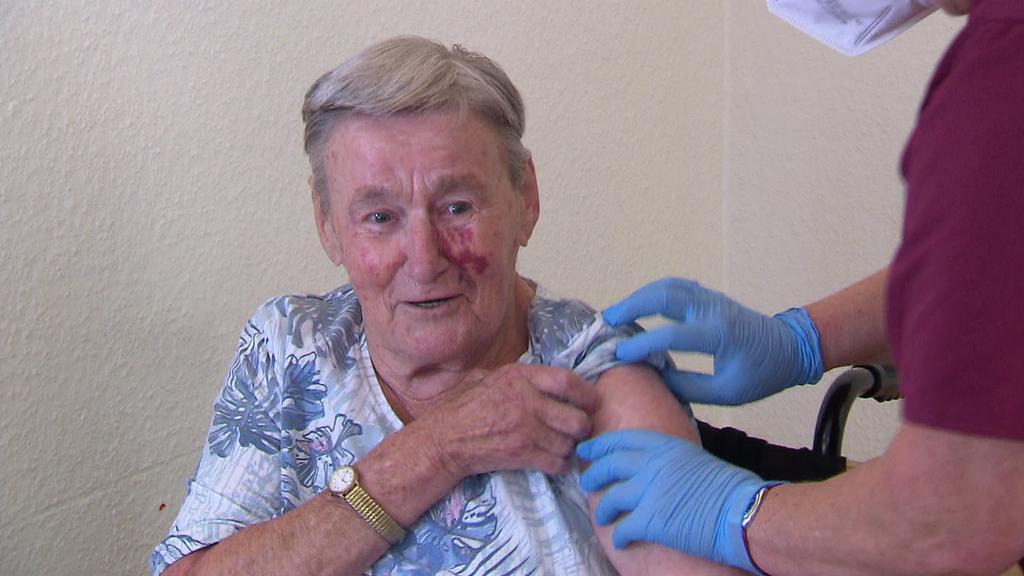 Die 86-jährige Rentnerin Alice Oesselmann wird zum dritten Mal gegen Corona geimpft.