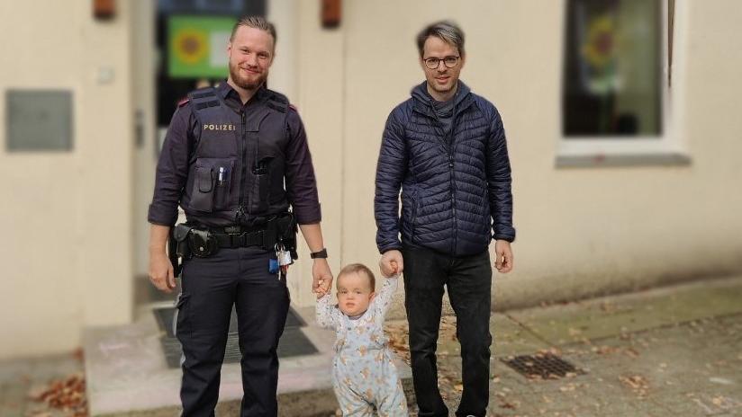 Lebensretter Polizist Stefan begleitet Leo zusammen mit dessen Papa beim 1. Kindergartentag