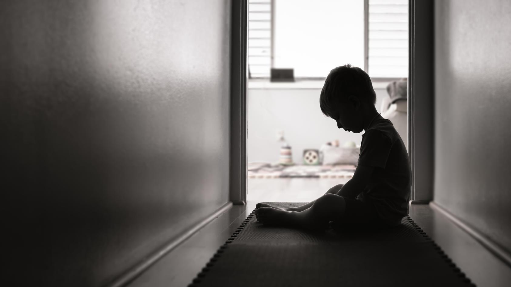 Wie Sie Anzeichen von Kindesmissbrauch richtig erkennen können.