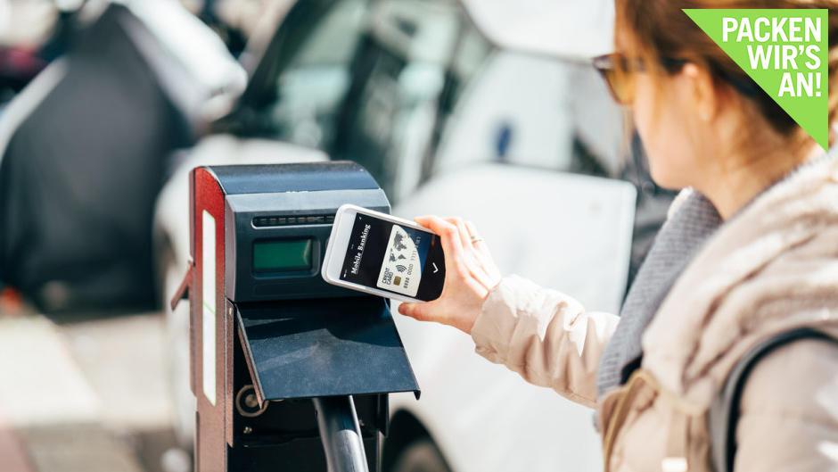 moderne-technik-beim-carsharing-bargeldlos-bezahlen-und-e-auto-fahren
