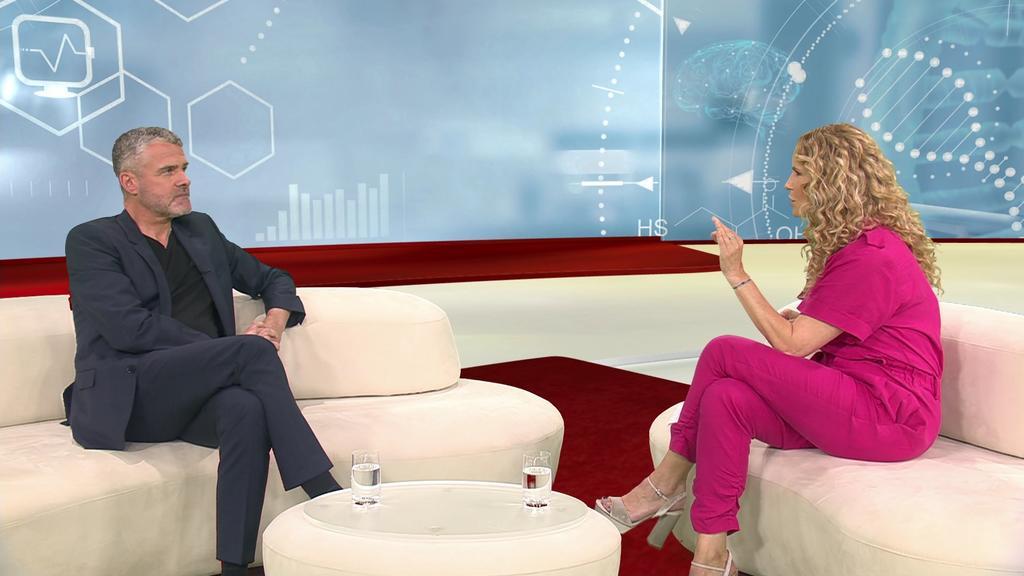 HNO-Arzt Frank Schmäl im Talk mit Moderatorin Katja Burkard.