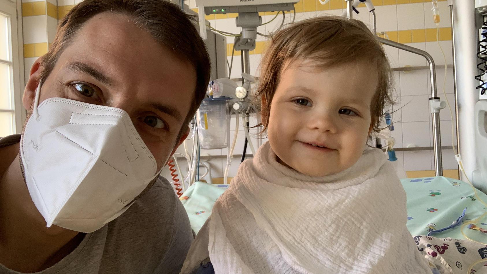 Ein Elternteil ist immer bei Tess, wegen der Corona-Pandemie dürfen die Eltern nicht beide in der Klinik bleiben.