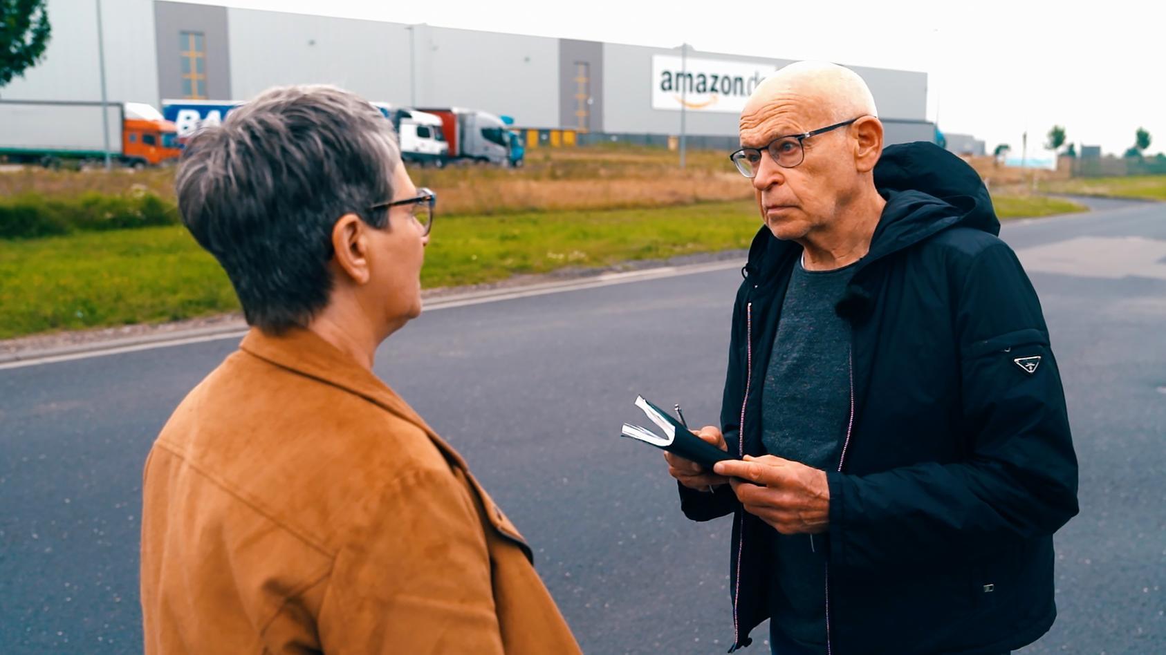 Günter Wallraff (r.) und Petra Kusenberg (l.) von der Gewerkschaft Verdi sprechen über die katastrophalen Arbeitsbedingungen in den Amazon-Werken.