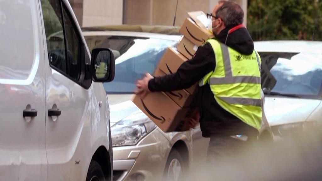 So viele Pakte auf einmal wie möglich tragen - der hilfelose Versuch von Undercover-Reporter Alexander Römer, alle Pakete innerhalb seiner Schicht auszuliefern.