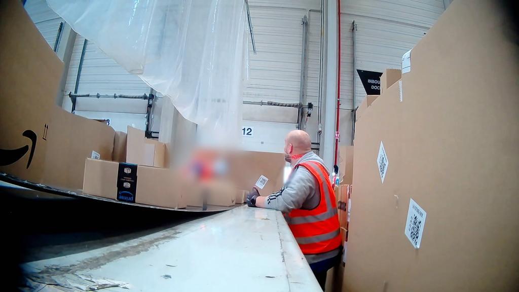 Undercover-Reporter Daniel arbeitet bei Amazon am Band. Er kommt bei der Flut an Paketen kaum hinterher.