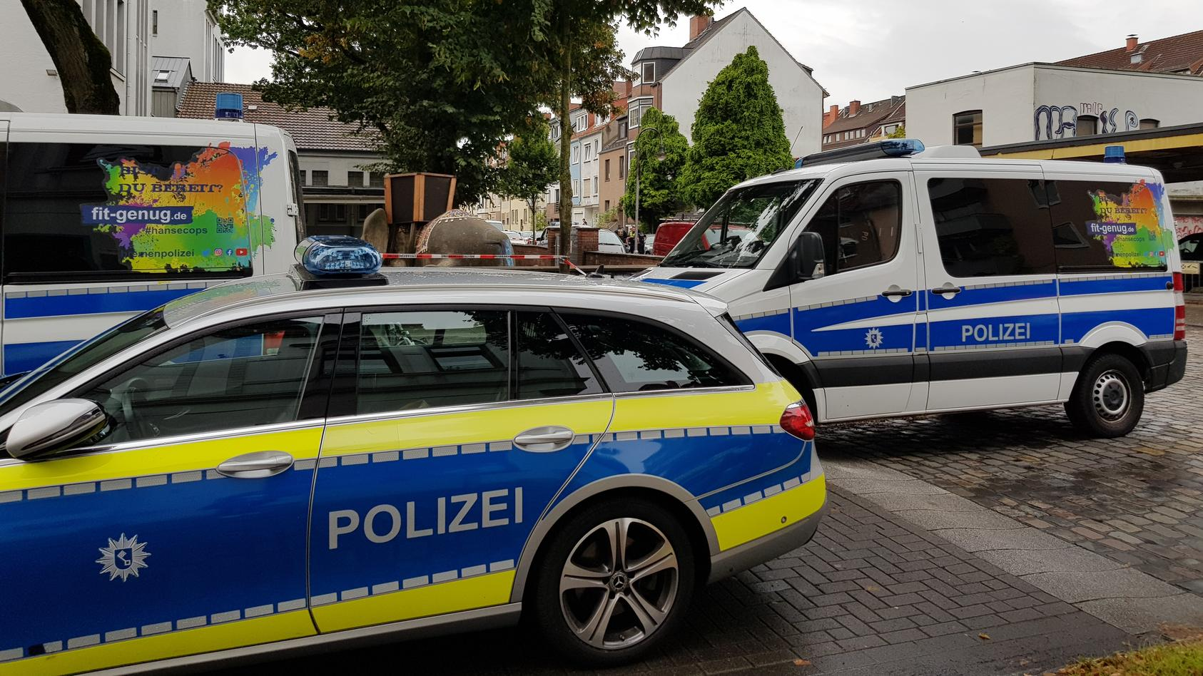 Schüsse fielen von einem Balkon in der Elbstraße in Bremen. Die Polizei war mit Spezialeinsatzkräften vor Ort.
