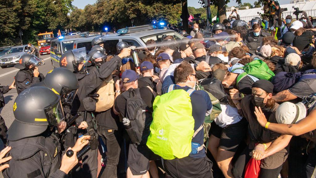 10.09.2021, Bayern, München: Demonstranten stoßen kurz nach Beginn ihres Demonstrationszuges gegen die Automesse IAA-Mobility an der Theresienwiese mit Einsatzkräften der Polizei zusammen. Foto: Peter Kneffel/dpa +++ dpa-Bildfunk +++