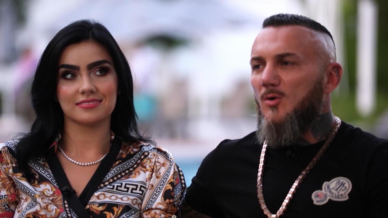 Nathalie Volk steht hinter ihrem Verlobten Timur.
