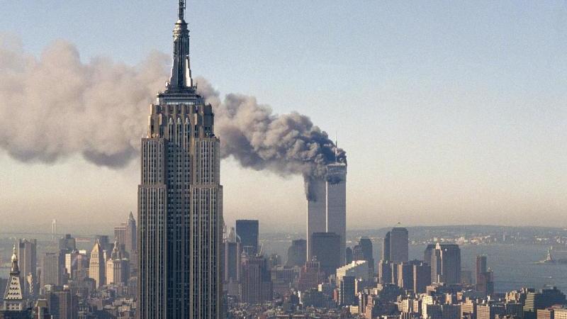 Die Zwillingstürme des World Trade Centers brennen hinter dem Empire State Building. Am 11. September 2001 hatten islamistische Terroristen drei gekaperte Flugzeuge in das World Trade Center in New York und das Pentagon in Washington gesteuert.