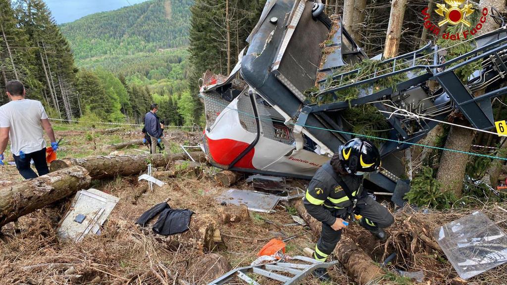 Rettungshelfer arbeiten am Wrack einer Seilbahngondel, nachdem diese am Monte Mottarone abgestürzt ist. Nach dem Seilbahn-Unglück ist der einzige Überlebende, ein fünfjährigerJunge.