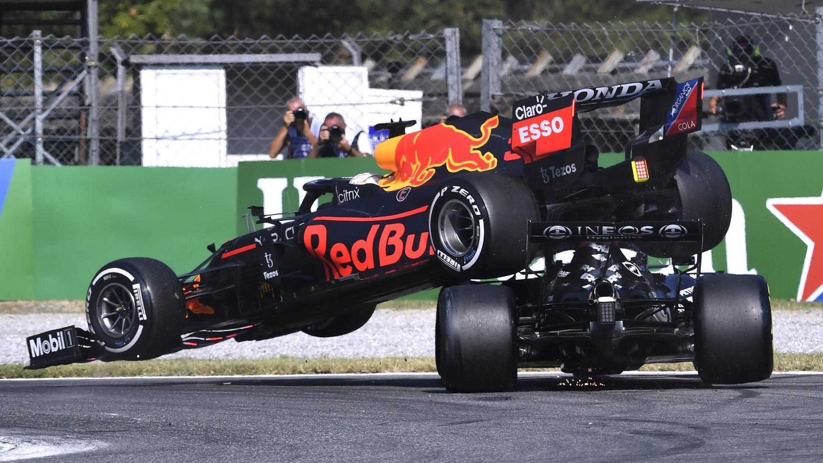 Max Verstappen und Lewis Hamilton kollidieren.