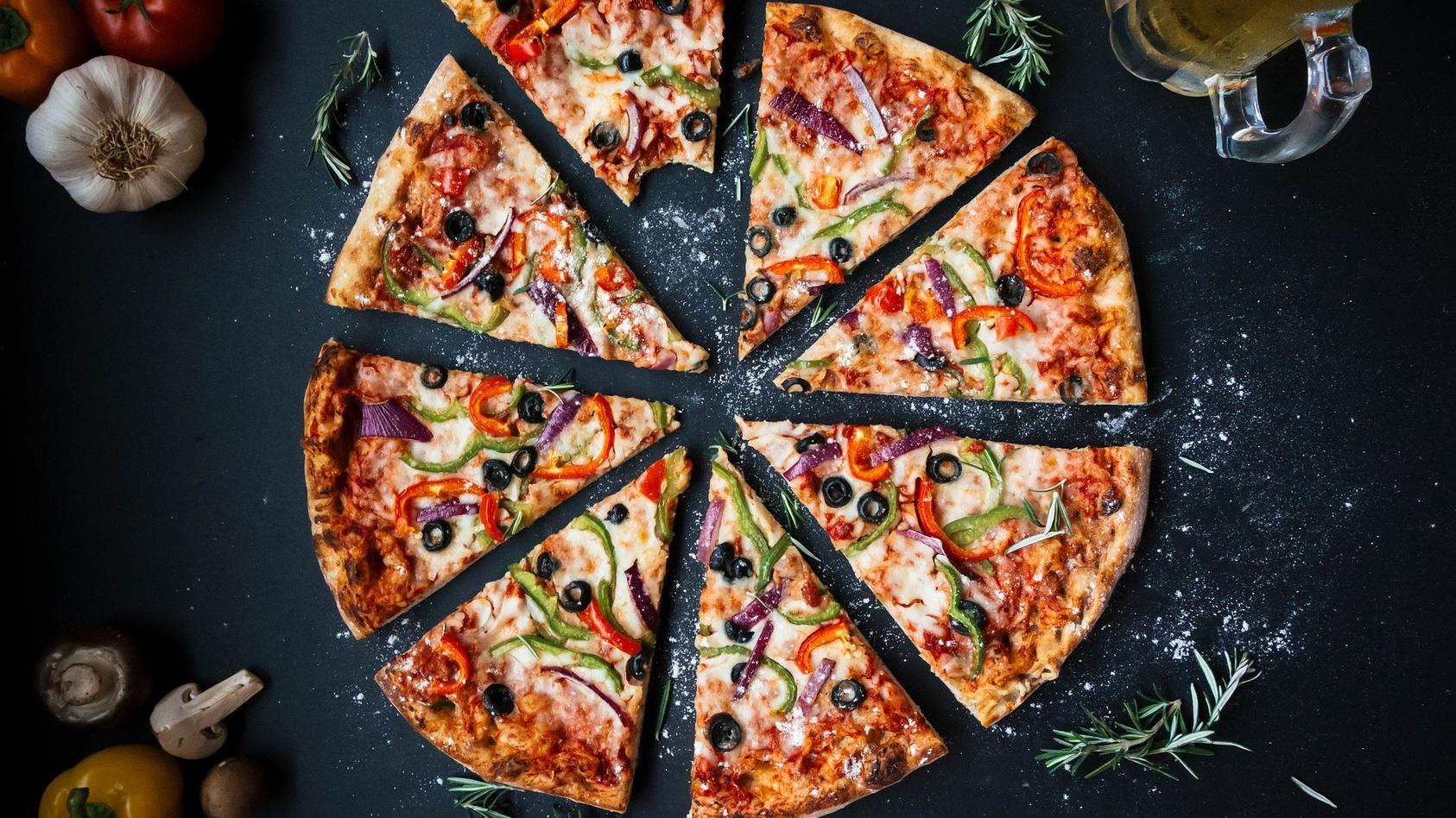 Eine geschnittene Pizza (Symbolfoto)
