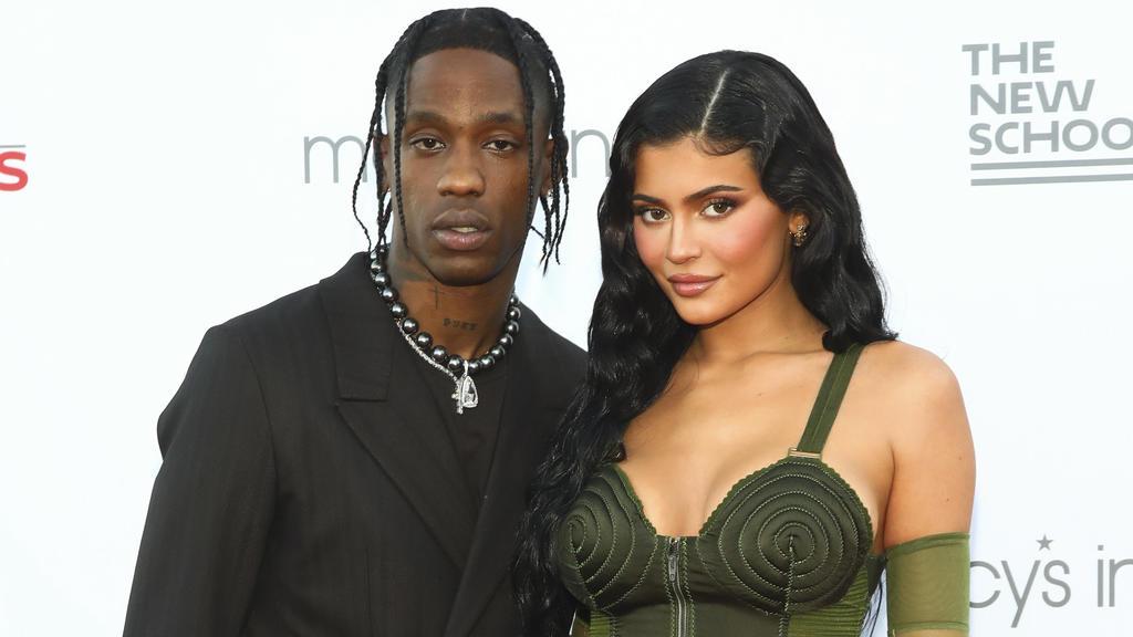 """ARCHIV - 15.06.2021, USA, New York: Sänger Travis Scott (l) und Kylie Jenner besuchen die 72. Parsons Benefizveranstaltung der New School in New York City. (zu dpa: """"Kylie Jenner ist wieder schwanger: Video mit Babybauch und Arztbesuch"""") Foto: Andy K"""