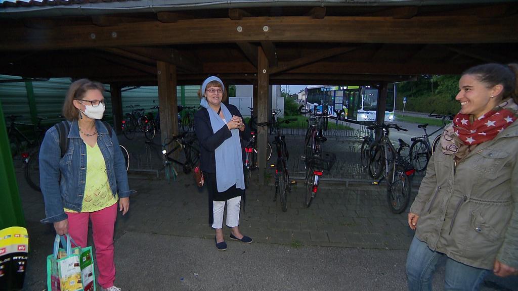 Dolmetscherin übersetzt die Gebärdensprache von Heike Heubach im Gespräch mit Bürgerinnen und Bürgern.