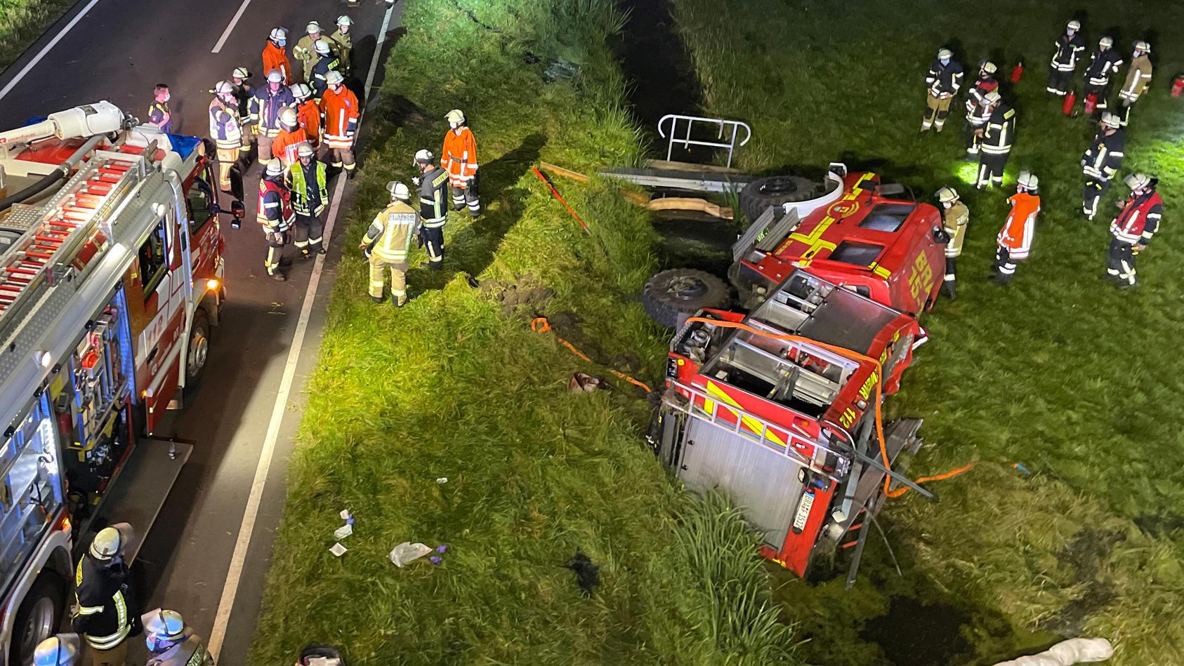 Das Feuerwehrfahrzeug landete schließlich in einem Graben.