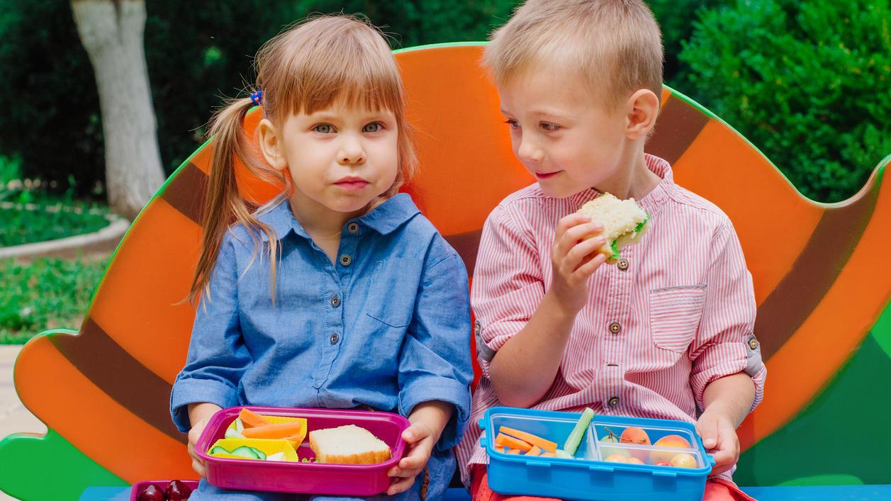 Der Inhalt der Brotdose sollte nicht nur gesund und ausgewogen sein. Eltern sollten zusätzlich darauf achten, dass die Kinder sich nicht daran verschlucken können.