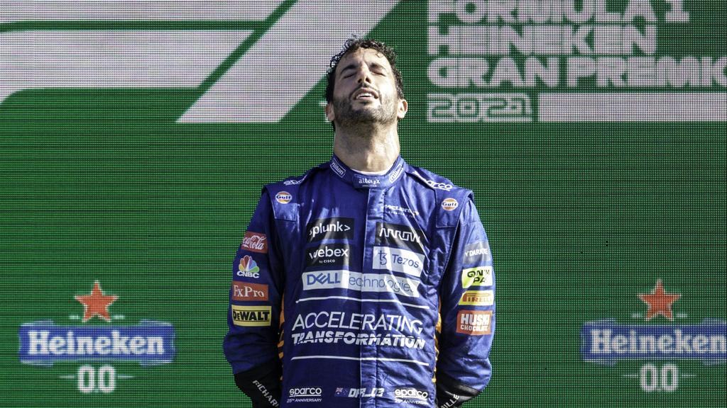 Daniel Ricciardo ergriffen auf dem Podium