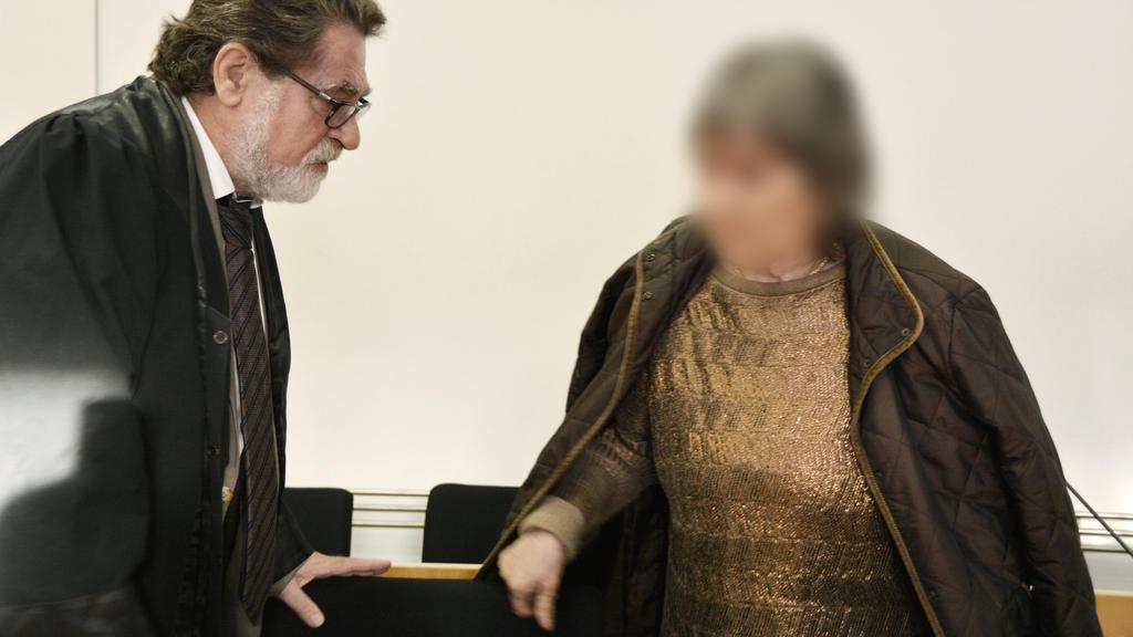 22.10.2019, Hessen, Hanau: Die 72-jährige Angeklagte betritt mit ihrem Anwalt Matthias Seipel den Gerichtssaal. Die Anklage wirft der mutmaßlichen Sektenchefin Mord an einem damals vierjährigen Jungen vor. Die Angeklagte soll das Kind im Jahr 1988 in
