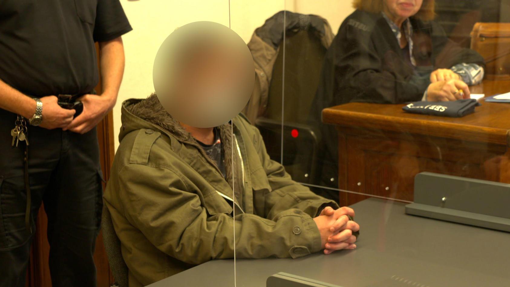 Mann lässt seine schwangere Freundin verprügeln und wehrt sich gegen das Urteil