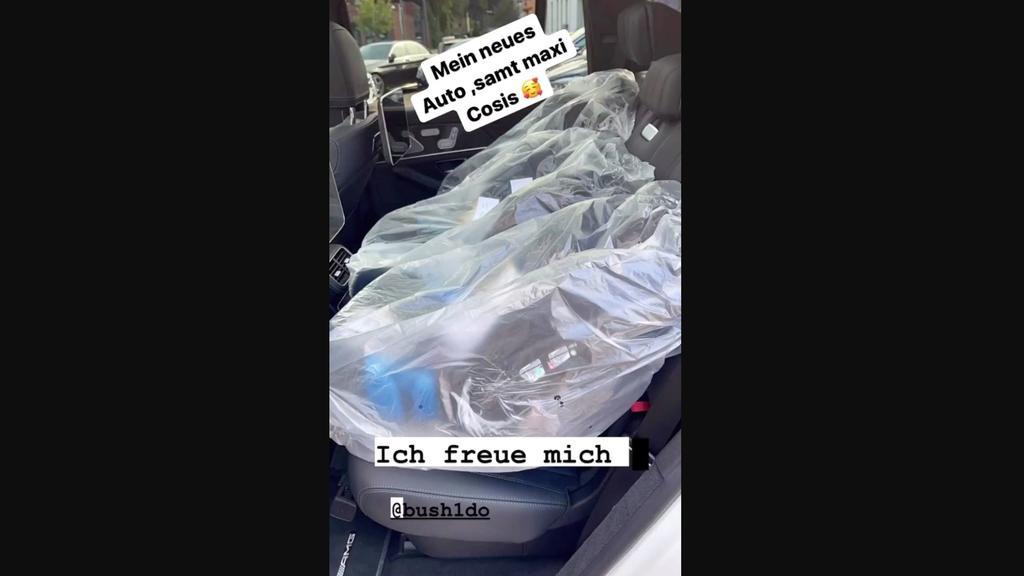 Anna-Maria zeigt ihre neuen Kindersitze.