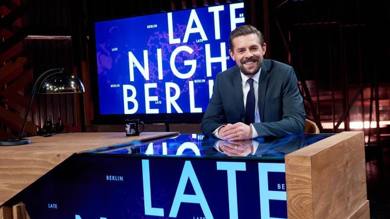 """Politik statt Show: ProSieben-Entertainer Klaas Heufer-Umlauf hat in seiner Sendung """"Late Night Berlin"""" Kinderreporter auf die Kanzlerkandidaten Laschet und Scholz angesetzt. Foto: Annette Riedl/dpa"""