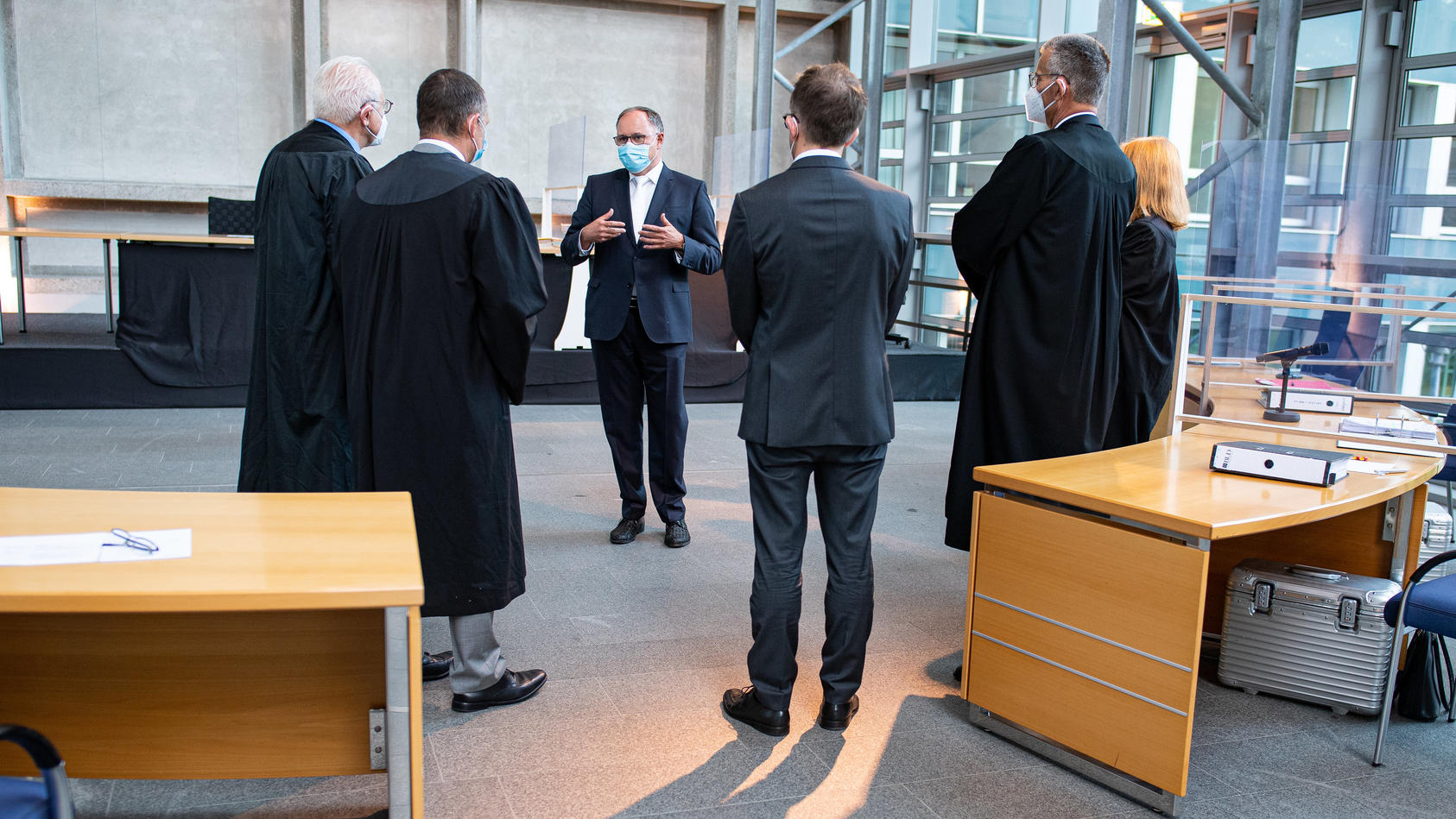 Der Vorsitzende Richter Johannes Wieseler (2.v.l) steht mit den verfahrensbeteiligten Anwälten zu Beginn der Berufungsverhandlung im Oberlandesgericht Hamm.