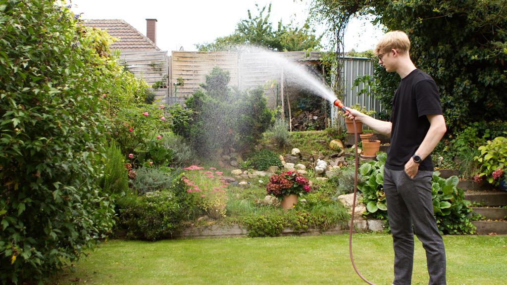Beim Wässern des Gartens, kommt es auf das richtige Timing an.