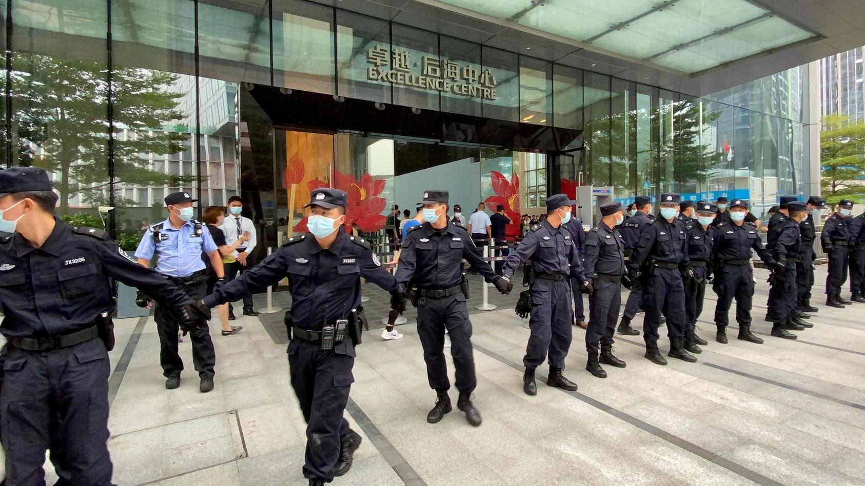 Mitarbeiter eines Sicherheitsdienstes riegeln die Zentrale von Evergrande  in Shenzhen ab.