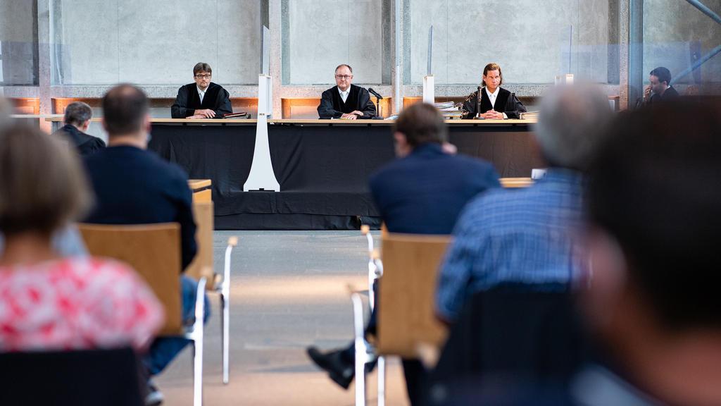 14.09.2021, Nordrhein-Westfalen, Hamm: Der Vorsitzende Richter Johannes Wieseler (M) und seine Kollegen Volker Messing (l) und Dirk Pelzer sitzen zu Beginn der Berufungsverhandlung zu den Schadensersatzforderungen der Hinterbliebenen des Germanwings-