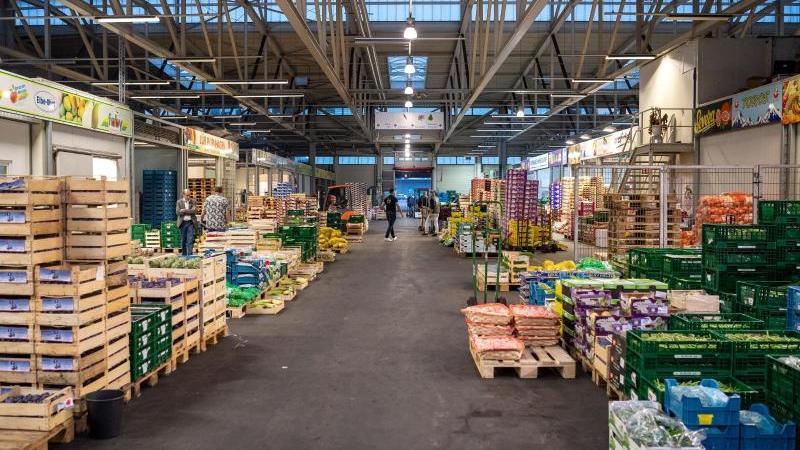 Kisten mit Obst und Gemüse stehen in einer Halle des Großmarktes. Foto: Sina Schuldt/dpa/Archivbild
