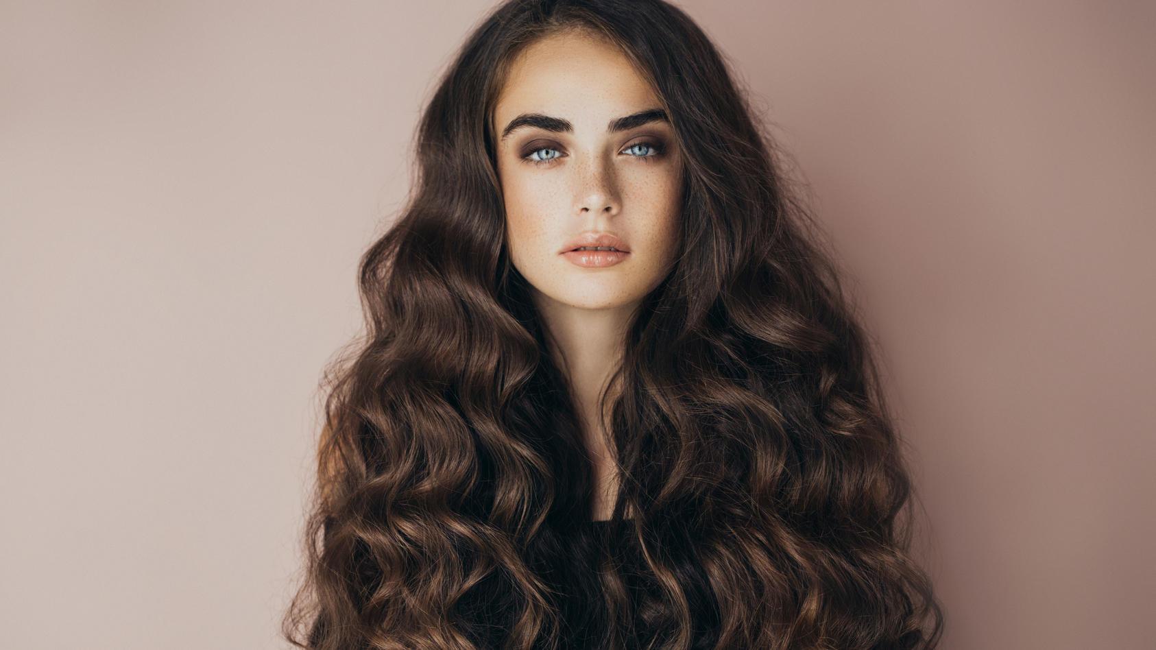 Dickes Haar: Mit diesen 3 Frisuren gelingt das Styling.