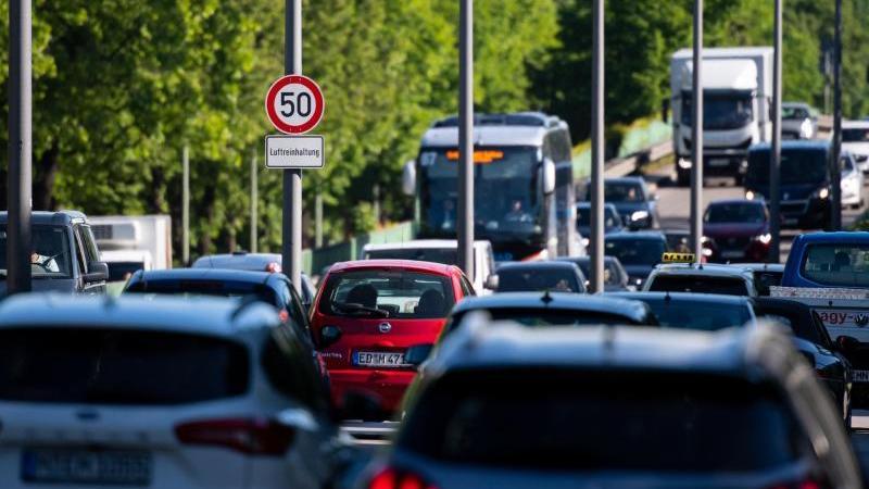 Das Auto bleibt bei Pendlern in Deutschland das Verkehrsmittel Nummer eins. Foto: Sven Hoppe/dpa/Archiv