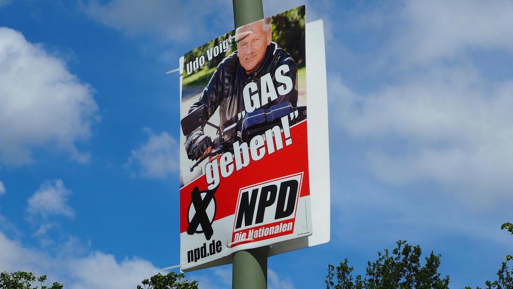 """Ein Wahlplakat der NPD aus dem Jahr 2014 mit dem Slogan """"Gas geben""""."""