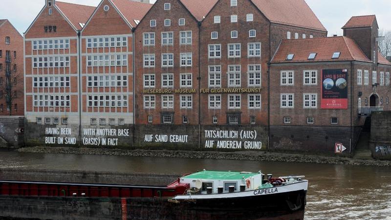 Ein Lastschiff passiert die Weserburg, das Museum für moderne Kunst an der Weser. Foto: Ingo Wagner/dpa