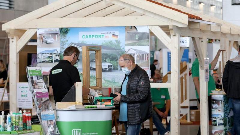 Besucher schauen sich nach der Eröffnung der Messe Robau 2020 um. Foto: Bernd Wüstneck/dpa-Zentralbild/ZB/Archiv