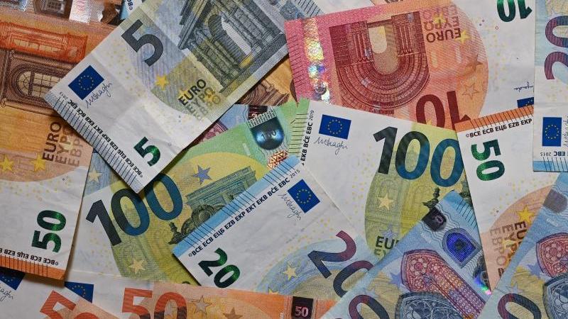 Eurobanknoten liegen auf einem Tisch. Foto: Patrick Pleul/dpa-Zentralbild/dpa/Illustration