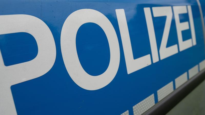 """Das Wort """"Polizei"""" steht auf einem Einsatzwagen. Foto: Marijan Murat/dpa/Symbolbild"""