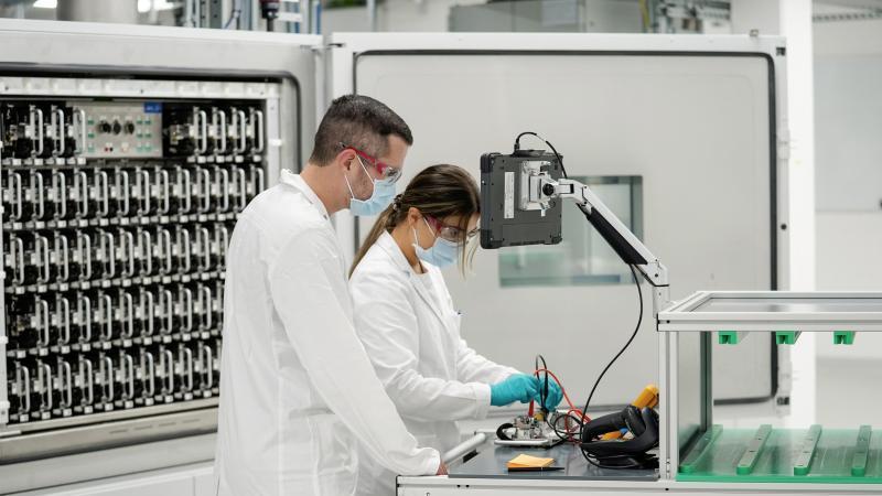 Mitarbeiter bei der Einweihung des neuen Batterie-Labors im Center of Excellence Salzgitter. Foto: Kai-Uwe Knoth/Volkswagen AG