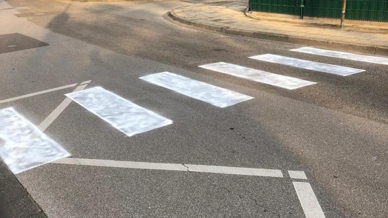 Ein Zebrastreifen wurde vor eine Grundschule gemalt. Foto: Gemeinde Niederkrüchten/dpa